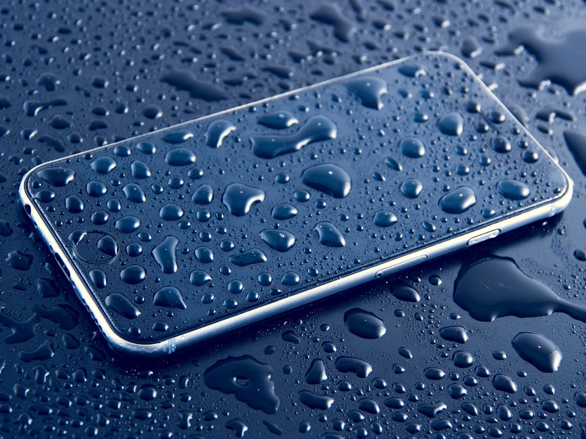 Jak osuszyć zalany telefon? Porady eksperta!